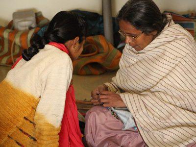 スジャータアシュラムで裁縫を学ぶ女性