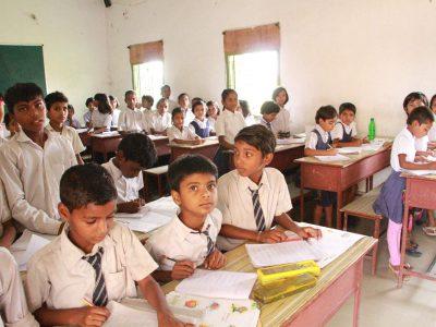 ニランジャナスクールで授業を受けている子供達