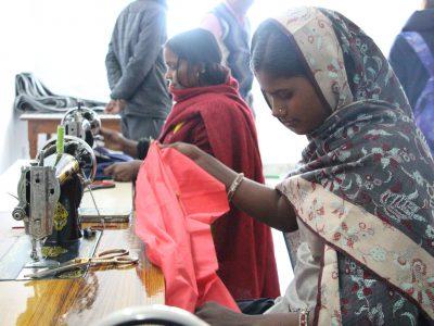 スジャータアシュラムで裁縫を学ぶ女性達