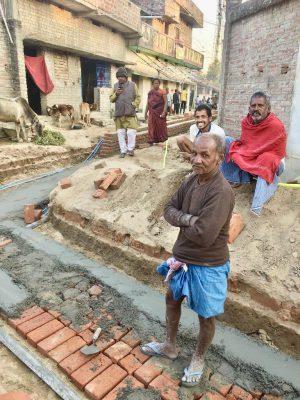 スジャータ村のクリーニングプロジェクトで道路の舗装が始まった様子